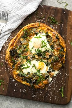 This kale pizza is an easy weeknight dinner. Fresh, bold flavors of homemade tomato sauce highlight garlicky greens and eggs. Filling and delicious!