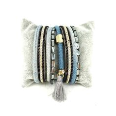 Un bracelet multitours tendance qui sublimera toutes vos tenues. Ce bracelet multi-tours bordés de cuir orné strass et cristaux donne l'impression de porter plusieurs bracelets différents. Le bracelet incontournable de la saison! Souple et léger, il s'enroule délicatement autour de votre poignet    Emballage cadeau offert!