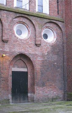 Geweldig! Dit zijn gezichten op voorwerpen en gebouwen, waar je ze niet verwacht
