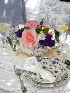 cool mother's day day decoration ideas Ready for mother's day? Here are some table decoration ideas And Designs are. A table for this holid. Brunch Table Setting, Outdoor Table Settings, Teapot Centerpiece, Vase Centerpieces, Centerpiece Ideas, Cottage Patio, Outdoor Dinner Parties, Painted Cottage, Beautiful Table Settings
