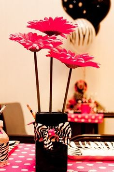 Gosta de flores mas não leva o menor jeito para cuidar delas? Opte pelas artificiais. Além de duráveis, elas podem compôr a decoração da sua sala de jantar sem que você precise se preocupar com iluminação e sujeira.  Se a mesa for pequena, use vasinhos menores com três ou quatro botões. Já em mesas de canto e ambientes maiores os arranjos grandes são indicados.
