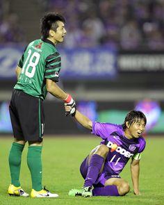 [ J1:第15節 広島 vs 浦和 ] 倒れていた佐藤寿人(広島)に手を貸す加藤順大(浦和)。この日佐藤寿人は加藤順大からゴールをあげることはできず、2試合連続のゴールとはならず。  2011年6月15日(水):エディオンスタジアム広島