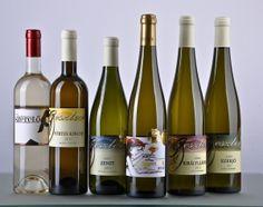 A móri Geszler Családi Pincészet borairól: A kiváló minőség érdekében kizárólag kézzel szedjük a termést. A szőlőfajtákra jellemző illatok és a hagyományos, kíméletes kézi szüretelés, a gyors feldolgozás a modern gépsoron, illetve fahordós érlelés eredményezi a Geszler Családi Pincészet jellegzetes, karakteres borait.