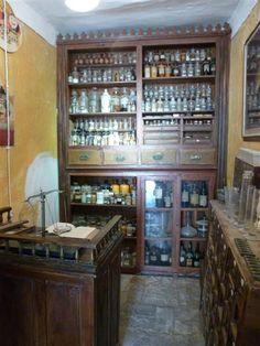El Tren dels Llacs, visita a les botiguetes de Salàs, farmàcia antiga (juny 2015)