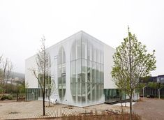 White Block Gallery by SsD features fritted glass facades Architecture Design, Facade Design, Contemporary Architecture, Fritted Glass, Restaurant Paris, Art Village, Ludwig Mies Van Der Rohe, Glass Facades, Glass Design