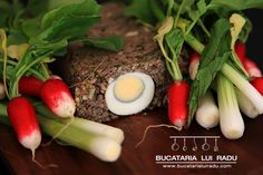 Another traditional Romanian Easter recipe, this offal meatloaf might not be everybody's cup of tea. Has similarities with haggis. Romanian Food, Easter Recipes, Meatloaf, Celery, Carne, Lamb, Food And Drink, Stuffed Peppers, Traditional