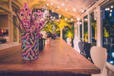 O suporte para as orquídeas leva uma das estampas exclusivas que criamos. Essa super mesa comunitária estava também cheia de lampadinhas no teto #ohlindeza #conceptwedding #wedding #casamento #festadecasamento #casamentoexclusivo #weddingdecor #decoracaodecasamento #identidadevisual #direcaodearte #casamentorockandroll  ohlindeza.com