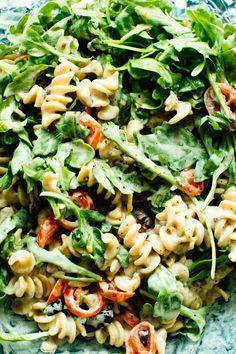 Creamy Arugula, Goat Cheese, and Tomato Pasta Salad l #spring2018 #pastaeats