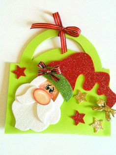 Você pode fazer uma bolsinha de Natal em EVA para presentear os seus entes…