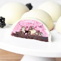 Brombærkager med creme og hvid chokoladeskal (chocolate, blackberry, and walnut truffles in white chocolate shell. Danish Cake, Danish Food, New Year's Desserts, Delicious Desserts, Chocolate Blanco, White Chocolate, Yummy Treats, Sweet Treats, Denmark Food