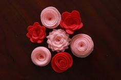 Little Things Bring Smiles: Felt Flower Tutorial Cute Crafts, Felt Crafts, Crafts To Make, Fabric Crafts, Sewing Crafts, Diy Crafts, Felt Flowers, Diy Flowers, Fabric Flowers