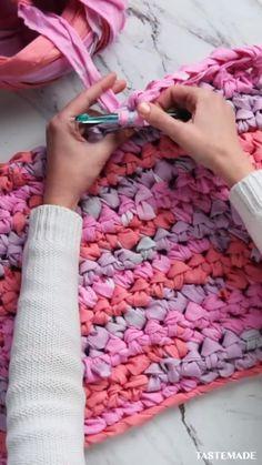 Diy Crafts Life Hacks, Diy Home Crafts, Diy Crafts Videos, Diy Craft Projects, Sewing Crafts, Fabric Scrap Crafts, Rag Rug Diy, Dyi Rugs, Rag Rug Tutorial