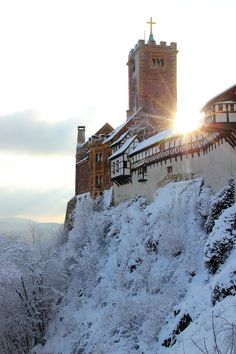 Wartburg with snow, Eisenach, Thüringen, Eastern Germany. Die Wartburg is a castle originally built in the Middle Ages, situated on a 410 m precipice, overlooking Eisenach. In 1999, it was declare a UNESCO World Heritage site. It was home to St....