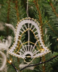 Terug naar 't kantkussen. Merry Christmas Gif, Christmas Themes, Bobbin Lace Patterns, Lace Heart, Lace Jewelry, Needle Lace, Lace Making, Crochet Stitches, Lace Detail