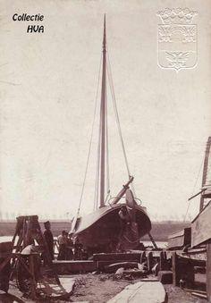 Hoogaars op de sleehelling van de werf van Meerman Boat Stuff, Sailboats, Sailing Ships, Dutch, Nautical, Traditional, Design, Boats, Nostalgia