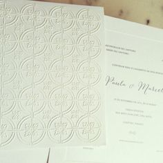 Convite luxo - Envelope aba reta com acabamento aveludado branco em papel of white com textura, formato 24 x 24cm