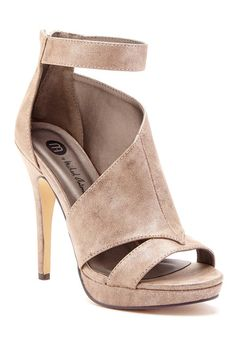 These shoes are too high for me but I still think they are pretty. Pretty Shoes, Beautiful Shoes, Cute Shoes, Me Too Shoes, Heeled Boots, Shoe Boots, Shoes Heels, Crazy Shoes, New Shoes