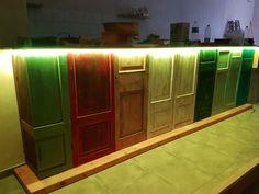 Barra creada con puertas antiguas y con iluminación led.