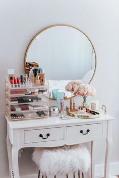20 Best Makeup Vanities & Cases for Stylish Bedroom - 20 Best Makeup Vanities & Cases for Stylish Bedroom Imágenes efectivas que le proporcionamos sobre - Cute Room Decor, Aesthetic Room Decor, Stylish Bedroom, Feminine Bedroom, Beauty Room, Dream Rooms, Home Decor Accessories, Gold Accessories, My Room
