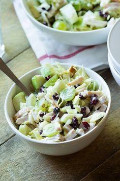 Zomerse salade met witte druiven, cranberries, witte kool, groene appel en gerookte kip