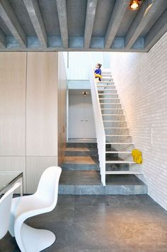 -Baksteen: hoge vest wit -Vloer Emperador grey of cordoba grey  House in Mechelen by Areal Architecten
