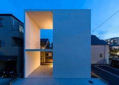 Una pequeña casa con una gran terraza