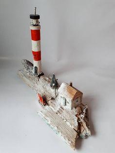 Uniek handgemaakt miniatuur in winterse Kerstsfeer, gemaakt van drijfhout gevonden aan de Nederlandse kust nabij Hoek van Holland. Drijfhout is schoongemaakt en gedroogd en daarna met gevonden en/of gerecyclede materialen verwerkt tot een winters miniatuur. afmeting: h x l x d =