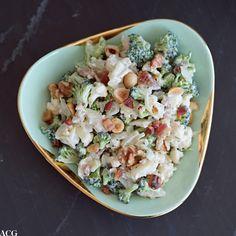 Brokkolislaw 2.0: med blomkål, salte og sprø baconbiter og knasende nøtter. Sabla godt tilbehør til grillmat, helstekt indrefilet og stekt fisk.