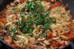 лингвини с морепродуктами и томатным соусом