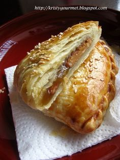 Kaya puff is a very popular Chinese pastry in Malaysia & Singapore. Sometimes I just can't get enough of it espec. Asian Snacks, Asian Desserts, Asian Recipes, Chinese Desserts, Puff Pastry Desserts, Puff Pastry Recipes, Chinese Bun, Chinese Food, Chinese Cake