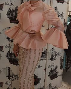 Lace Dress Styles, African Lace Dresses, Sleeves Designs For Dresses, African Fashion Dresses, Chic Outfits, Fashion Outfits, Fashion Blouses, Nigerian Traditional Dresses, African Print Fashion