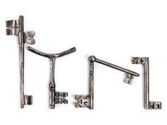 Ein Doppelschlüssel ohne Reide mit gereiften S-Bärten. Ein Doppelklappschlüssel mit unterschiedlichen Bärten. Ein Schlüssel mit Gabelreide und niedrigem ...