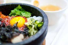 So schön angerichtet sieht Bibimbap nicht lange aus: Denn einmal serviert, werden alle Zutaten untereinander gerührt