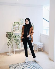 Sneakers Hijab Outfit via Sari Indah Pertiwi hijab casual Modern Hijab Fashion, Street Hijab Fashion, Hijab Fashion Inspiration, Muslim Fashion, Modest Fashion, Look Fashion, Fashion Outfits, Fasion, Teen Girl Fashion