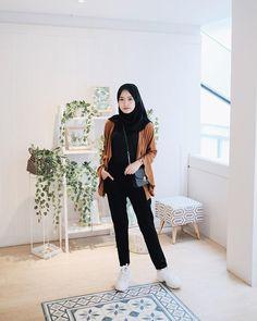 Sneakers Hijab Outfit via Sari Indah Pertiwi hijab casual Modern Hijab Fashion, Street Hijab Fashion, Hijab Fashion Inspiration, Muslim Fashion, Emo Fashion, Fashion Dresses, Casual Hijab Outfit, Ootd Hijab, Hijab Chic