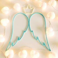 Asas de anjo e coroa de tricô