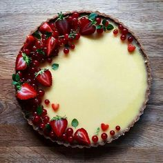 This Lemon Tart with Redcurrants and Strawberries recipe is featured in the Pies… Diese Zitronentarte mit roten Johannisbeeren und Erdbeeren Rezept ist in den Pies … Strawberry Jam Tarts, Strawberry Recipes, Mini Fruit Tarts, Just Desserts, Delicious Desserts, Yummy Food, Baking Desserts, Summer Desserts, Tart Recipes