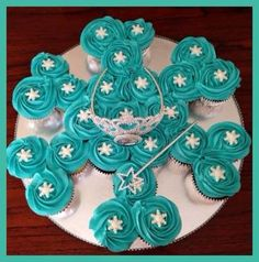 Today's cupcake cake is for my daughter's best friend's Frozen themed birthday party. Snowflake shaped cupcake cake with white fondant snowf. Elsa Birthday Party, Frozen Birthday Theme, Frozen Themed Birthday Party, Winter Birthday, 4th Birthday, Birthday Ideas, Girl Birthday Party Themes, Frozen Themed Food, Winter Onederland Party Girl 1st Birthdays