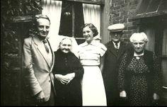 Groepsportret, gemaakt op het achterplaatsje van Spinhuispad 17, met van links naar rechts, N.G. de Bie, zijn opoe A. de Krijger-Moelijker in Thoolse streekdracht, daarnaast M. Wagensveld, vrouw van N.G. de Bie, opa N. de Krijger en geheel rechts J. van Santen-de Krijger, bewoonster van het huis aan het Spinhuispad. 1953 #Zeeland #Tholen