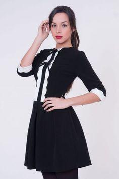 Vestido de coctel negro con blonda  #invitadasboda #vestidoscortos #vestidosfiesta #nochevieja http://www.apparentia.com/mujer/vestidos/cortos/ficha/1639/vestido-negro-con-blonda/