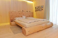 Realizzazione NUR-HOLZ - Magrè (BZ) Sede CasaSalute Rustic Bedroom Furniture, Pallet Patio Furniture, Rustic Bedding, Home Decor Bedroom, Home Furniture, Bed Frame Design, Diy Bed Frame, Bed Design, Timber Beds