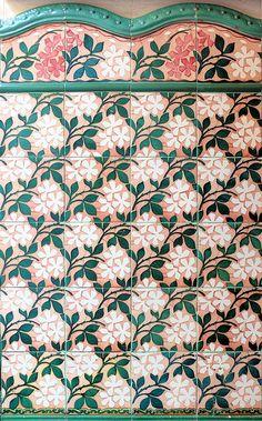 Barcelona, tegels, bloem- en bladmotief