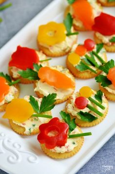 Leckere Ideen und Rezepte zum Oster Fingerfood Buffet selber machen kräcker mit gemüse blumen ausschnitte Catering, Food Platters, Caprese Salad, Good Food, Fun Food, Finger Foods, Food And Drink, Appetizers, Snacks