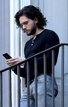 The one and only Kit HaringtonYou can find Kit harington and more on our website.The one and only Kit Harington Curly Hair Men, Curly Hair Styles, Xavier Samuel, John Snow, Grunge Hair, Haircuts For Men, Long Curly Haircuts, Beard Styles, Male Beauty