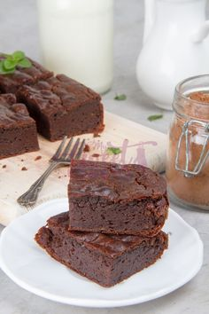 Satisfy your sweet tooth with our easy peasy and totally delicious keto avocado brownies. Enjoy this quick and easy to make low carb dessert! Avocado Brownies, Keto Brownies, Keto Avocado, Avocado Recipes, Brownie Recipes, Cheesecake Recipes, Keto Dessert Easy, Dessert Recipes, Snack Recipes