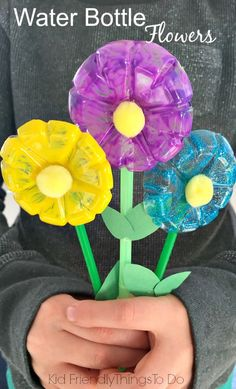 Make these water bottle flowers for mom this Mother's Day. Great DIY craft for kids and preschool this spring or summer. Easy and fun. www.kidfriendlythingstodo.com #mothersdaycraft #springcraftkids #summercraftkids #recyclecraft