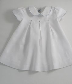 White Linen Yacht Dress by English designer Patricia Smith. via patriciasmithdesigns on Etsy Baby Dress Design, Frock Design, Little Dresses, Little Girl Dresses, Vintage Baby Dresses, Smocked Baby Dresses, White Cotton Summer Dress, Green Cotton, White Dress