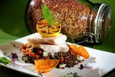 Treska na čiernom šošovicovom šaláte - recept | Varecha.sk Tacos, Mexican, Ethnic Recipes, Food, Essen, Meals, Yemek, Mexicans, Eten