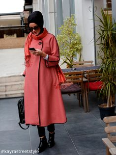 Şehrin soğuğuna aldırma! Sıcacık bir kaban yanında sıcak bir kahve ile de ellerini ısıtabilirsin ❄ *Besides wearing a warm coat, holding a hot drink can keep you warm. http://smarturl.it/kayrastreetstyle #kayrastreetstyle