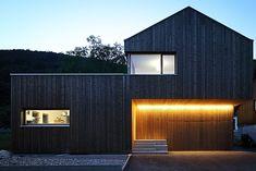 Architekt: Gerald Amann - Querformat, Dornbirn - NEXT_habitat Roof Cladding, House Cladding, Exterior Cladding, House Roof, Facade House, House Facades, Black House Exterior, Wooden House, House In The Woods